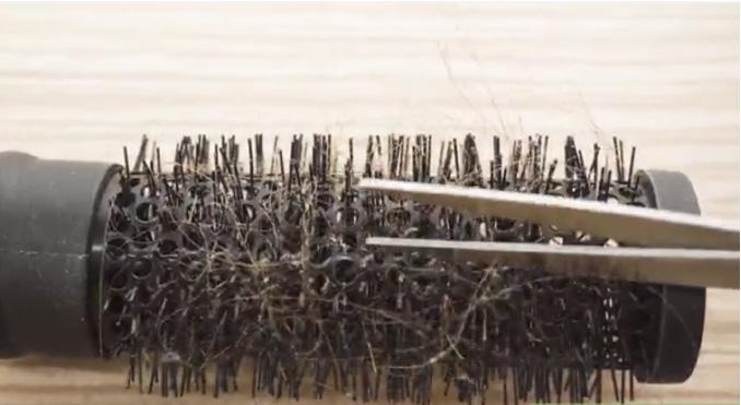 نحوه تمیز کردن انواع برس و شانه ، خارج کردن موها از برس